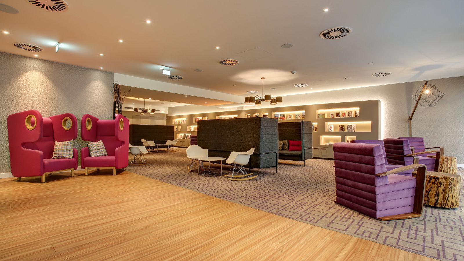 Free WiFi, Apple workstation, and plenty of room for conversations in the lobby at FourSide Hotel Braunschweig.